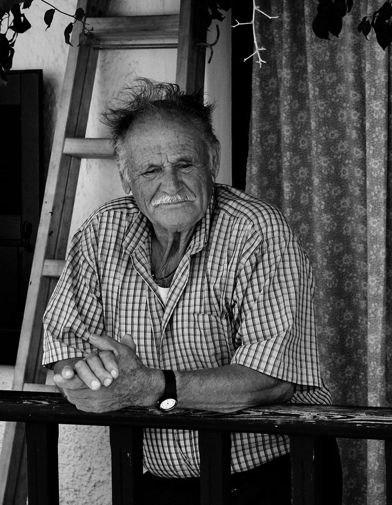 portrait en noir et blanc d'un vieil homme