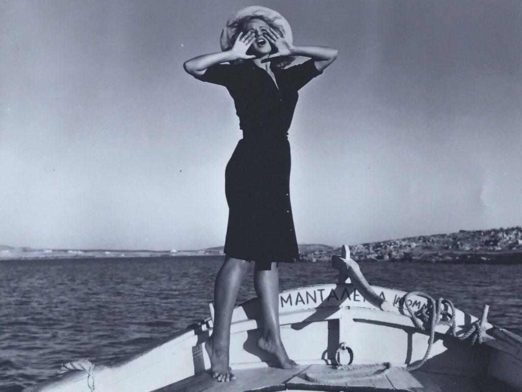 fille grecque qui cri sur un bateau