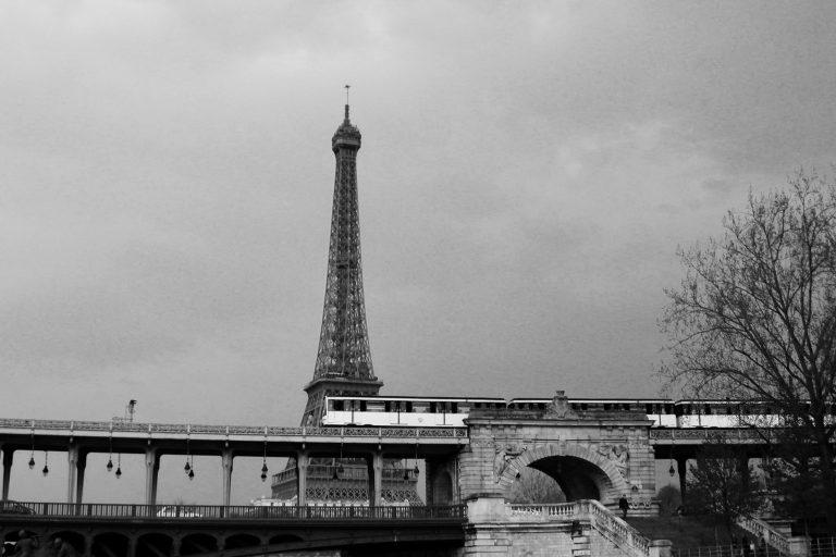 tour eiffel et metro parisien