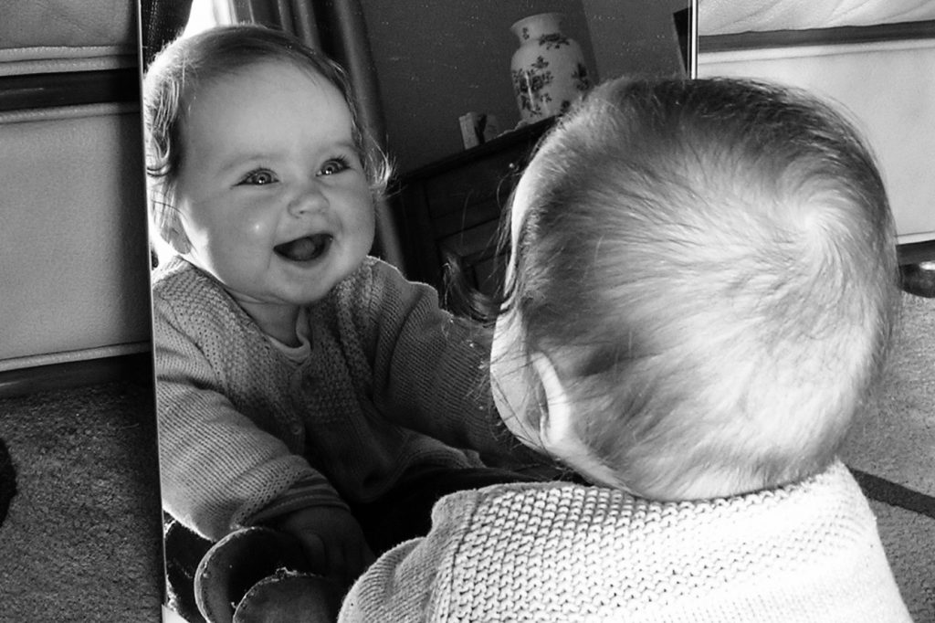 bébé devant le miroir qui rit