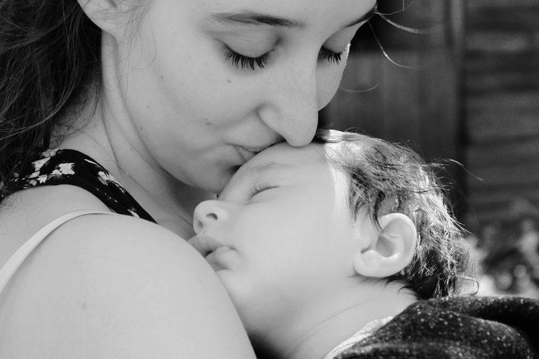 baiser d'une mère sur un bébé endormi
