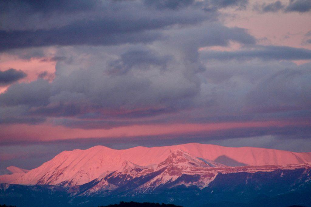 montagne eneigées rose au coucher du soleilsunset