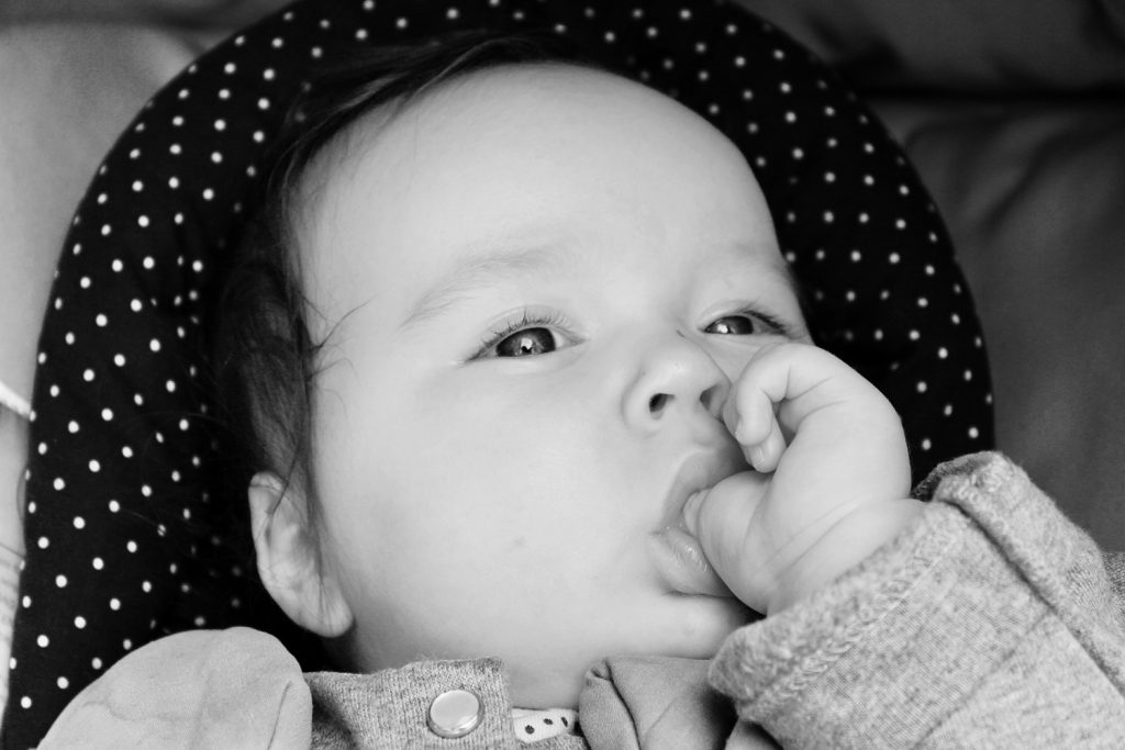 bébé qui suce son pouce