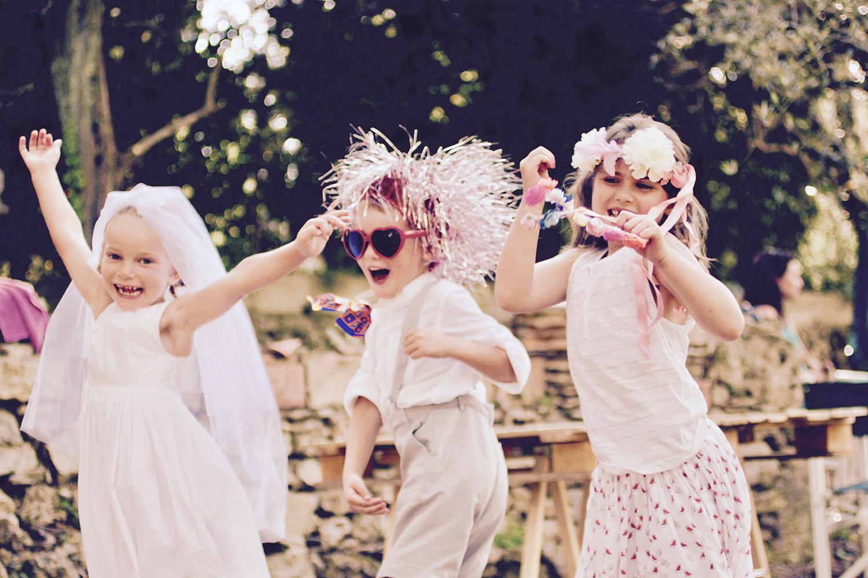 enfants déguiser à un mariage qui sautent de joie