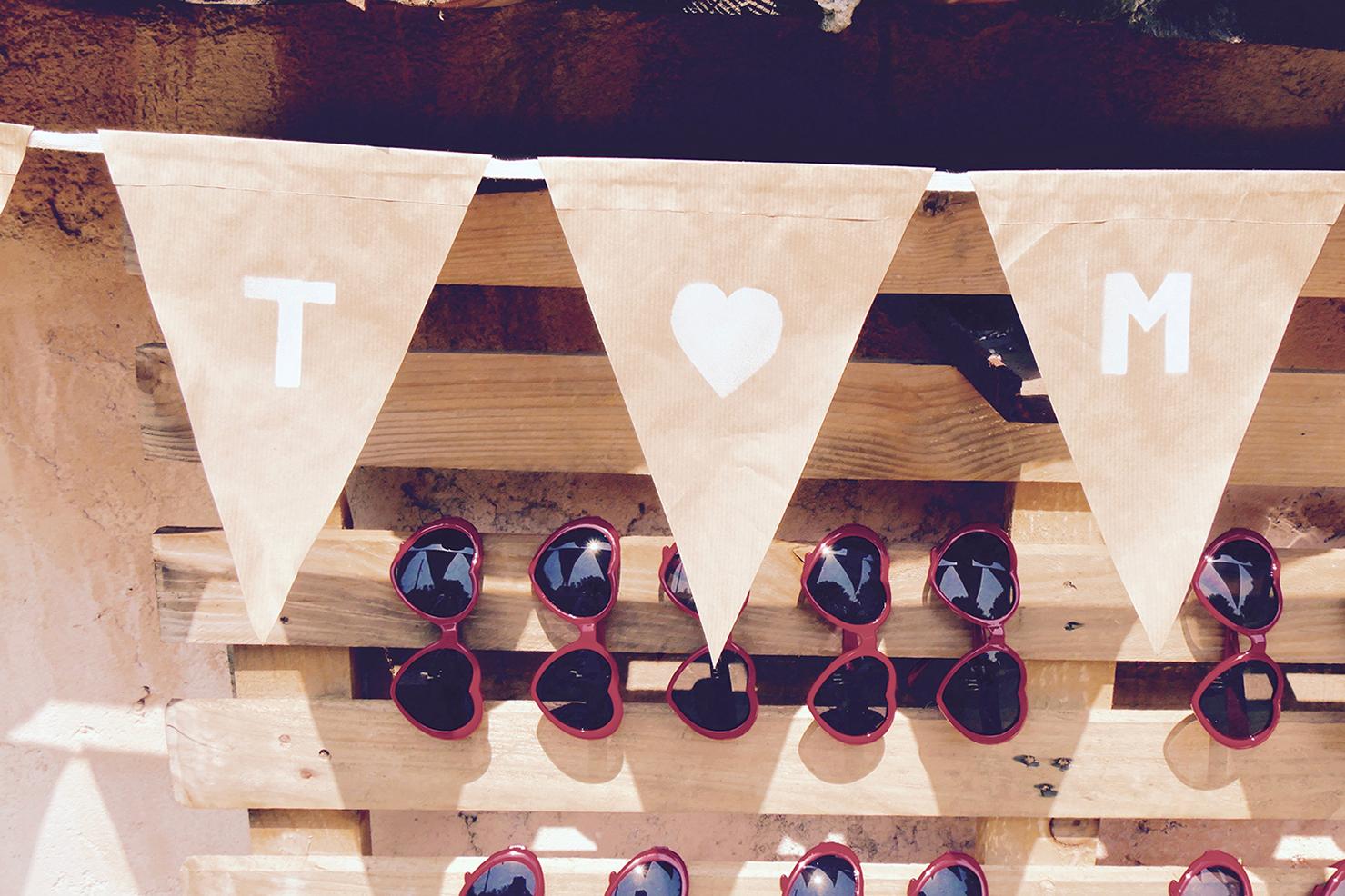 fanion et lunettes en forme de coeur