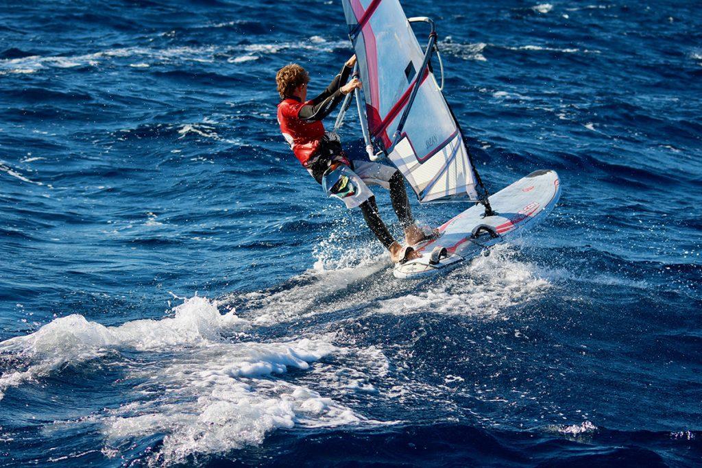 planche à voile en action au défi inter île en corse