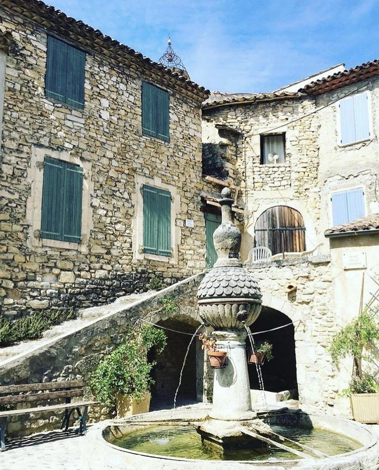 place provençale avec fontaine