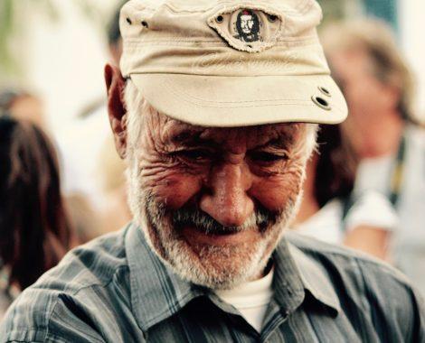 portrait d'un vieil homme en grece avec la casquette de Che gevarra
